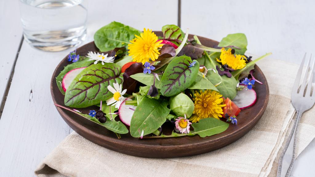 Wildkräutersalat mit Zutaten aus dem Garten