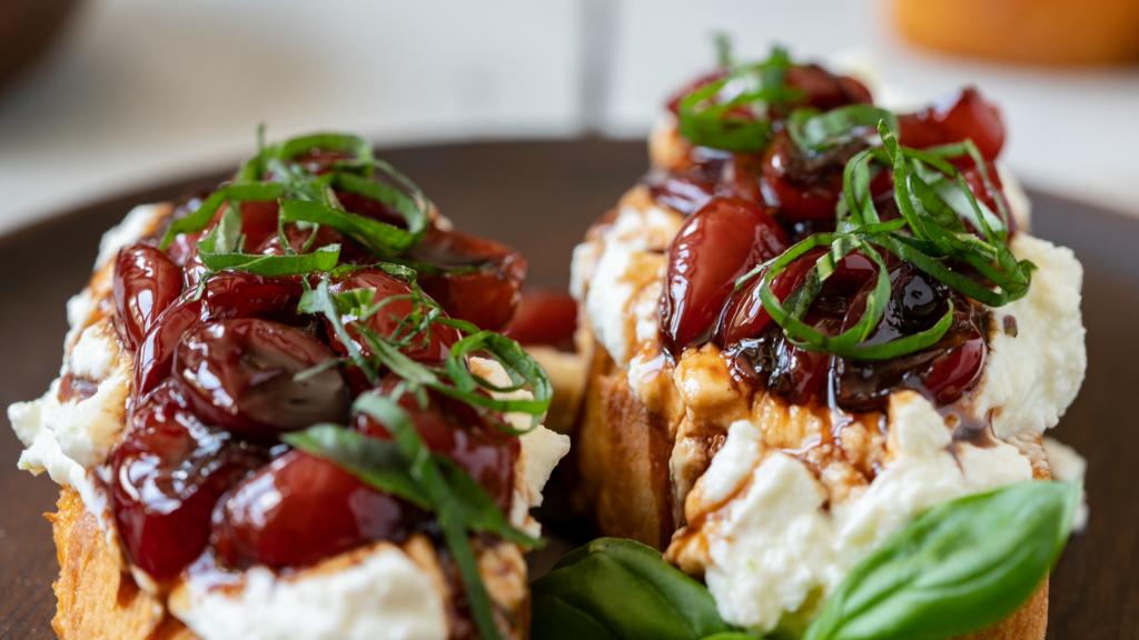 Rezept für eine Bruschetta mit Kirschen Foto