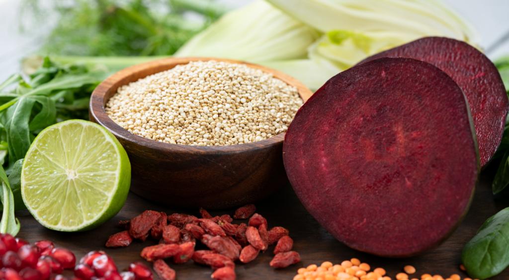 Zutaten für einen Quinoa-Salat mit Fenchel   und roten Linsen