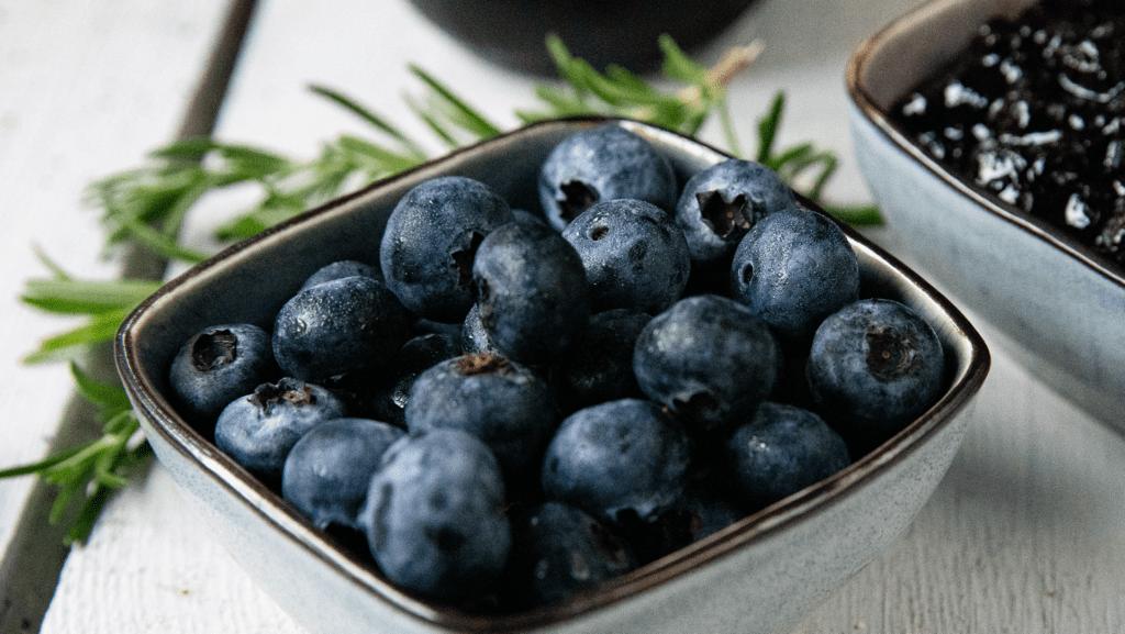 Zutaten für eine Heidelbeer-Marmelade mit Rosmarin